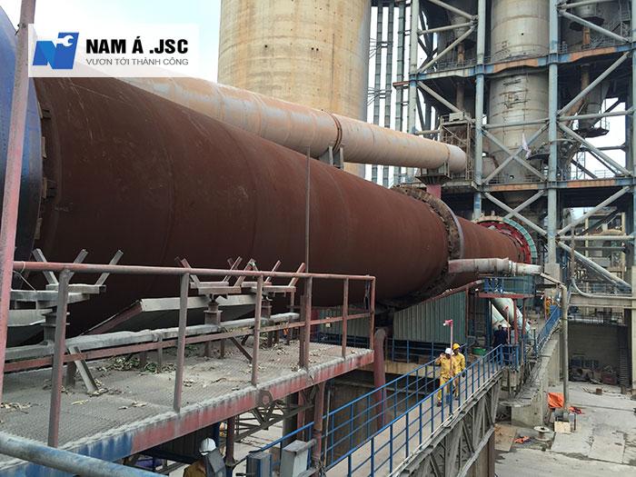 Lò quay của nhà máy sản xuất Xi măng